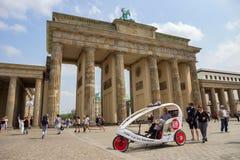 Brandenburger Tor Berlin taxicykel arkivfoton