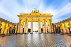 Brandenburger Tor (den Brandenburg porten) i Berlin Germany på natten Fotografering för Bildbyråer