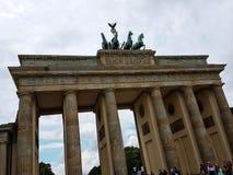Brandenburger Tor an einem bewölkten Tag lizenzfreie stockbilder
