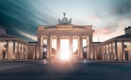 Brandenburger Tor i Berlin, Tysklandstundsolnedgång royaltyfri foto