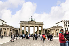 Brandenburger Tor ist Berlin-` s der meiste berühmte Markstein Ein Symbol von Berlin und von deutscher Abteilung während des kalt Stockbild