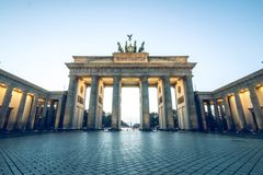 Brandenburger Tor ohne Personen ein blauer Himmel stockfotografie