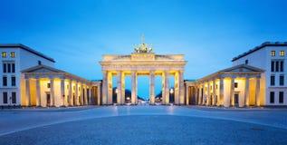 Brandenburger Tor panorama, sławny punkt zwrotny w Berlińskiej Niemcy nocy (Brandenburg brama) obraz stock
