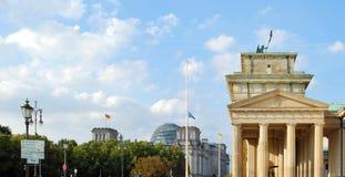 Brandenburger Tor und Reichstag Lizenzfreie Stockfotos