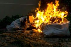 Brandend Afval in het midden van de straat royalty-vrije stock fotografie