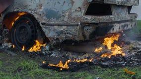 Brandend autobanden, brandt de auto een wiel, een volledig uitgebrande auto stock footage