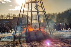 Brandend beeltenis Maslenitsa bij zonsondergang stock foto's