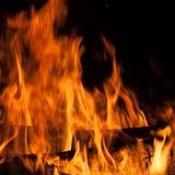 Brandend brandhout stock afbeeldingen