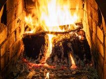 Brandend brandhout in haard royalty-vrije stock fotografie