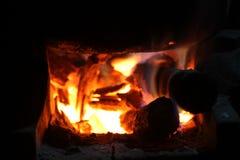 Brandend brandhout in het fornuis voor het koken, sintels, gloeiende steenkolen royalty-vrije stock fotografie
