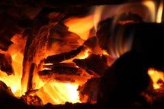 Brandend brandhout in het fornuis voor het koken, sintels, gloeiende steenkolen royalty-vrije stock foto's