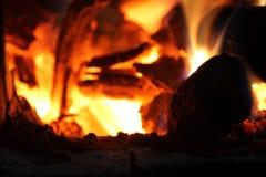 Brandend brandhout in het fornuis voor het koken, sintels, gloeiende steenkolen royalty-vrije stock afbeeldingen