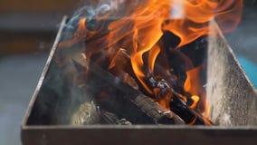 Brandend Brandhout met Vlam in de Koperslager stock video
