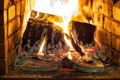 Brandend brandhout in open haard royalty-vrije stock afbeeldingen