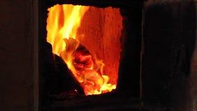 Brandend brandhout in oud rustiek baksteenfornuis met open deur stock videobeelden