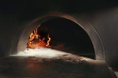 Brandend brandhout in traditionele oven stock afbeelding