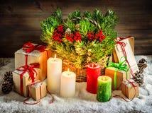 Brandend de kaarsen van de Kerstmisdecoratie en van giftdozen lichteffect Stock Foto's