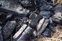 Brandend houtskoolbrandhout in de open haard of het fornuis stock afbeeldingen