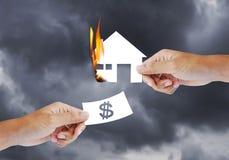 Brandend huis, Brandverzekering stock afbeelding