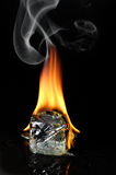 Brandend ijsblokje stock afbeeldingen