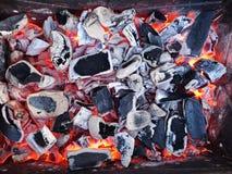 Brandend steenkolen en brandhout op de grillrooster Voorbereiding van steenkool voor barbecue in de open grill Het concept van royalty-vrije stock afbeelding