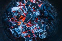 Brandend steenkolen, sluit omhoog, achtergrond, hoogste mening stock foto