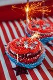 Brandend sterretje op verfraaid cupcakes Royalty-vrije Stock Afbeelding