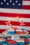 Brandend sterretje op verfraaid cupcakes Stock Fotografie