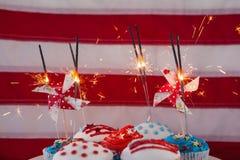 Brandend sterretje op verfraaid cupcakes Stock Foto's