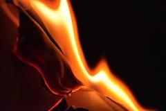 Brandend Witboek en verkoold de randen van het document stock afbeelding