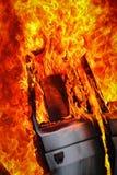 Brandende auto na ongeval Stock Afbeelding