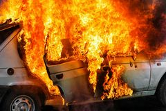 Brandende auto na ongeval Royalty-vrije Stock Afbeeldingen