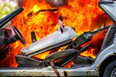 Brandende auto na ongeval Stock Foto's