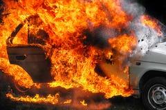 Brandende auto na ongeval Stock Afbeeldingen