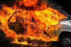 Brandende auto na ongeval Stock Fotografie