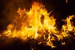 Brandende brand bij nacht Stock Afbeeldingen