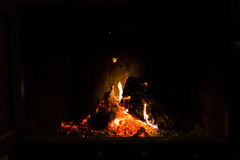 Brandende brand, brand in een open haard, brandende open haard op koud Au Stock Afbeeldingen