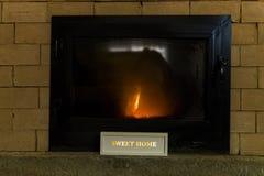 Brandende brand, brand in een open haard, brandende open haard op koud Au Stock Fotografie