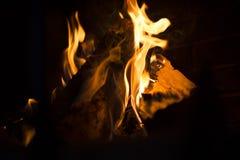 Brandende brand in de open haard stock foto