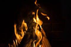 Brandende brand in de open haard stock fotografie