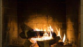 Brandende brand in de open haard stock afbeeldingen