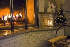 Brandende brand in de open haard in uw huiskerstavond Stock Foto