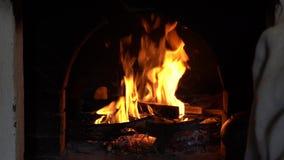 Brandende brand in de oven Russische traditie Het koken in gietijzer stock footage