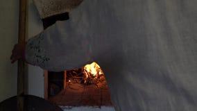 Brandende brand in de oven Russische traditie Het koken in gietijzer stock videobeelden