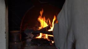 Brandende brand in de oven Russische traditie Het koken in gietijzer stock video