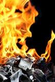 Brandende brand en houtskool royalty-vrije stock afbeeldingen