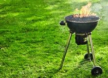 Brandende brand met vlammen in draagbare BBQ stock afbeelding