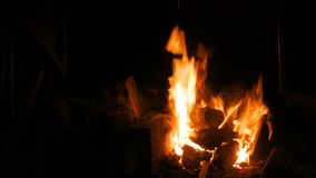 Brandende brand in oven stock videobeelden