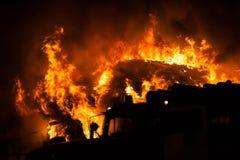 Brandende brandvlam op blokhuisdak Stock Foto