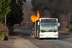 Brandende bus Stock Afbeeldingen